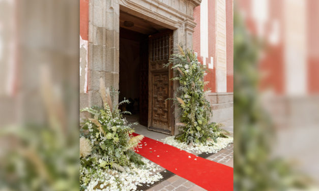 Decoración floral para tu boda en la entrada de la iglesia